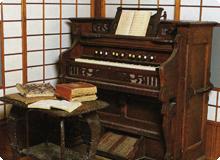 明治時代のオルガンと教材